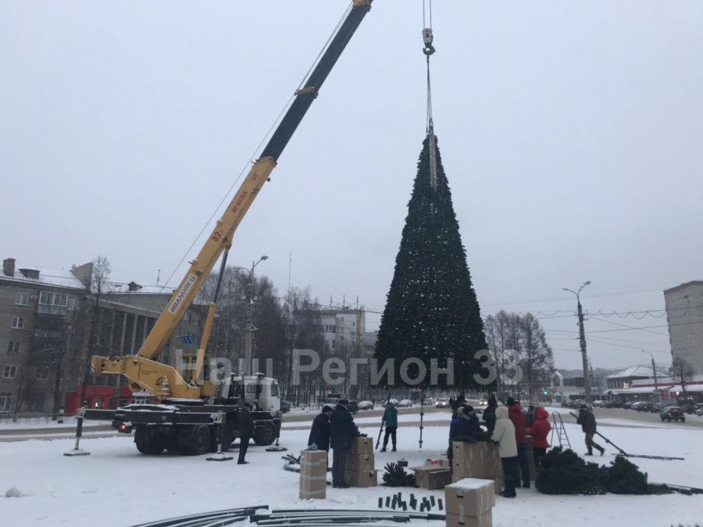 На площади 200-летия Коврову устанавливают новую елку