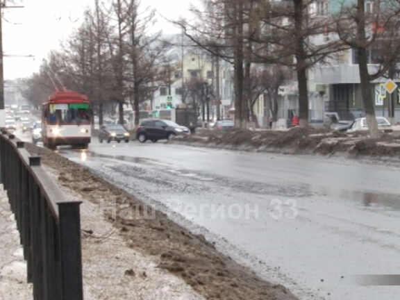 На пр. Ленина асфальт разрушается из-за разлитого на нем топлива