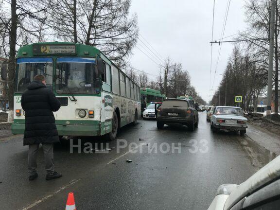 Встретились Фольксваген и троллейбус
