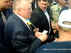 Владимир Жириновский в Коврове на вокзале раздавал деньги