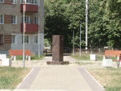 В сквере у площади Победы установили два постамента